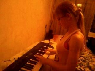 Лена играет на синтезаторе